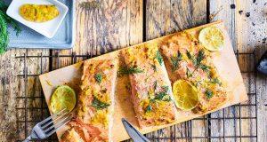 Lachs auf der Planke: Auf der Planke gegrillt: Lachsfilets gelingen auf diese Weise besonders einfach und bleiben saftig. Foto: djd/COSTA Meeresspezialitäten