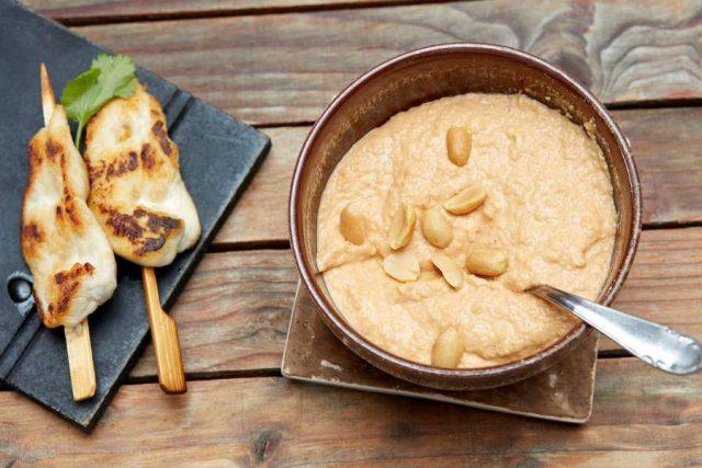 Grillen und Dips - das passt einfach zusammen. Für Fleisch, gegrilltes Gemüse oder auch zum frischen Brot eignet sich dieser Erdnussdip.