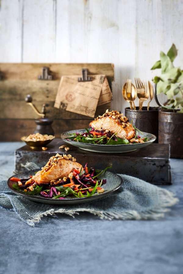 Knusprig und saftig: Lachs vom Grill erhält mit der Erdnusskruste einen besonderen Pfiff.
