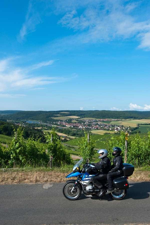 Der Main und die sanfte Hügellandschaft des Fränkischen Weinlandes bilden die Kulisse für abwechslungsreiche Motorradtouren mit dem Startpunkt in Karlstadt.