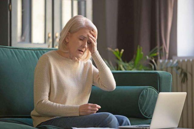 Migräneanfälle senken: Trotz Migräne beruflichen Verpflichtungen nachzugehen, ist für Betroffene eine Qual.