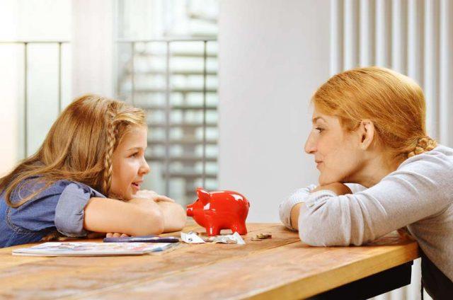 Gemeinsam sparen: Über Geld sprechen: Eltern sollten gegenüber ihren Kindern offen sein, gerade auch in finanziell schwierigen Zeiten.