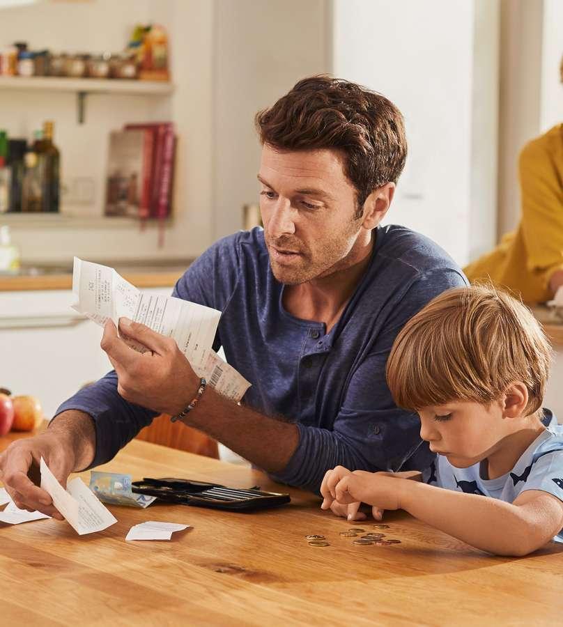 Gemeinsam sparen: Für Kinder und Eltern kann es eine verbindende Aktion sein, sich gemeinsam den Überblick übers Geld zu verschaffen.
