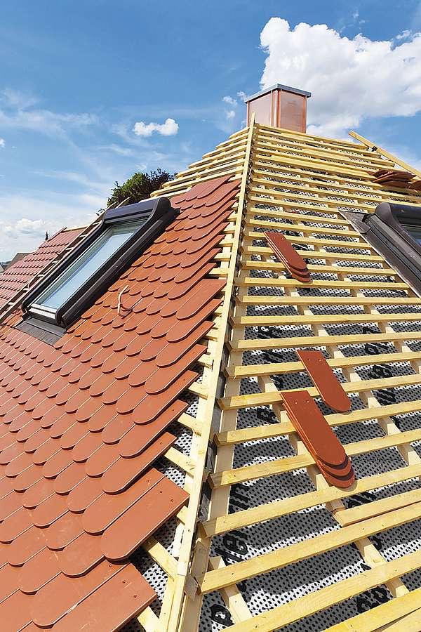 Das Dach als Schutzschild des Hauses muss so einiges wegstecken. Stürme, Starkregen, Hagel und Co. setzen der Bausubstanz zu.