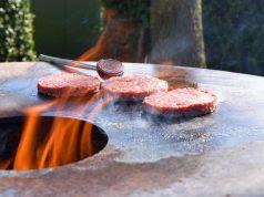 Wildschwein: Qualität, die man schmeckt: Besonders aromatisch ist das Wildfleisch im Sommer, denn die Wildtiere ernähren sich dann von frischem Grün. Das fettarme Fleisch bietet zudem Vitamine, ungesättigte Fettsäuren und wenig Cholesterin.