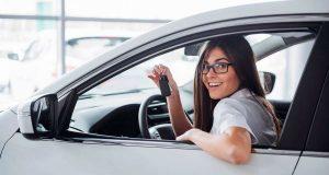 Glücklich mit dem neuen Gebrauchten: Beim Autokauf hilft eine professionelle Online-Checkliste. Foto: djd/Das Telefonbuch/mauritius images/Alamy/Myron Standret
