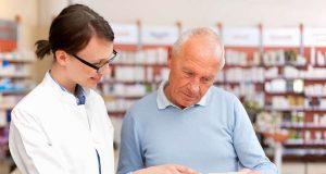 Apothekennotdienst: In der Apotheke wird man nicht nur mit Medikamenten versorgt. Bei gesundheitlichen Beschwerden oder Fragen erhält man hier auch eine kompetente fachliche Beratung. Foto: djd/Das Telefonbuch/mauritius images/Cultura