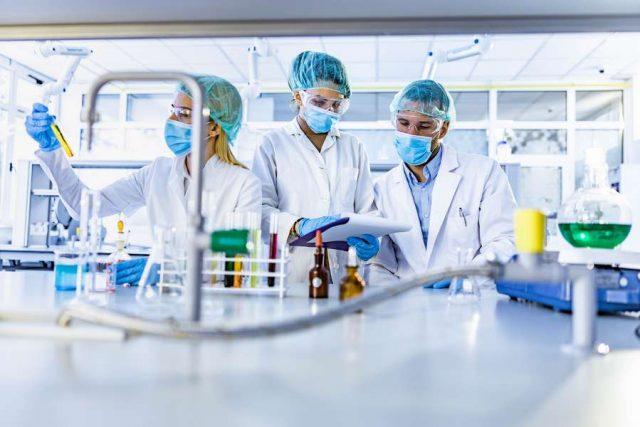 In der medizinischen Forschung wird ständig nach neuen Wirkstoffen gesucht. Das Teilen von Erkenntnissen zwischen verschiedenen Institutionen wird von der Bevölkerung als besonders wichtig eingeschätzt. Foto: djd/Sanofi/Getty Images/skynesher