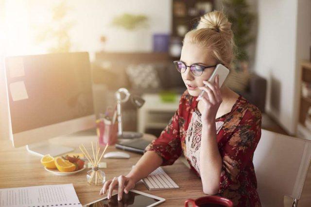 Bei Stress im Job greift man zwischendurch nicht so schnell zu ungesunden Snacks, wenn ein leckerer Obstteller bereitsteht. Foto: djd/snack-5.eu/Shutterstock/gpointstudio