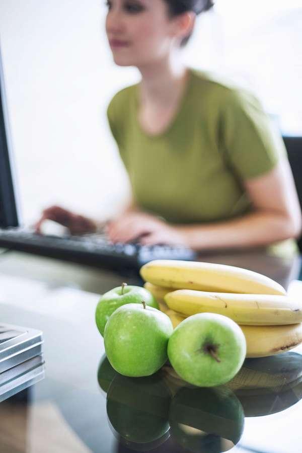 Ausgewogene Snacks: Äpfel und Bananen sind ausgewogene und köstliche Zwischenmahlzeiten bei der Arbeit.