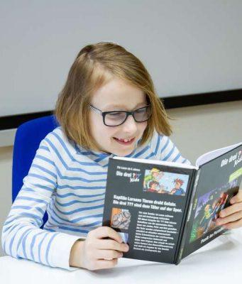Leseschwacher Schüler: Bei Leseförderbüchern sollte das äußere Erscheinungsbild eng an das Original angelehnt sein.