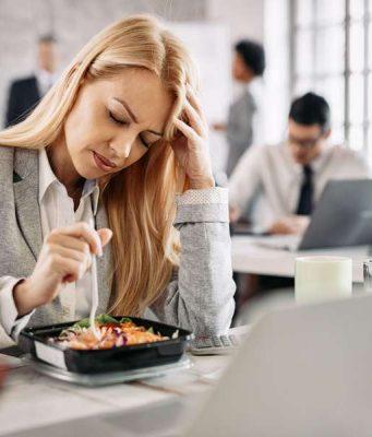 Schmerzattacken vorbeugen: Eine Migräneattacke geht häufig mit einem Heißhunger auf kohlenhydratreiche Lebensmittel einher.