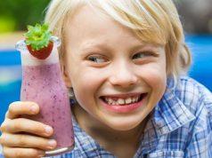 Echt beerig, so ein Smoothie. Kinder lieben die cremigen Drinks. Foto: djd/snack-5.eu/Shutterstock/Melle V