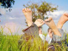 Im Sommer keine verfärbten Nägel, keine geröteten juckenden Stellen: So sehen gesunde Füße aus. Foto: djd/excilor.de/Getty Images/kzenon