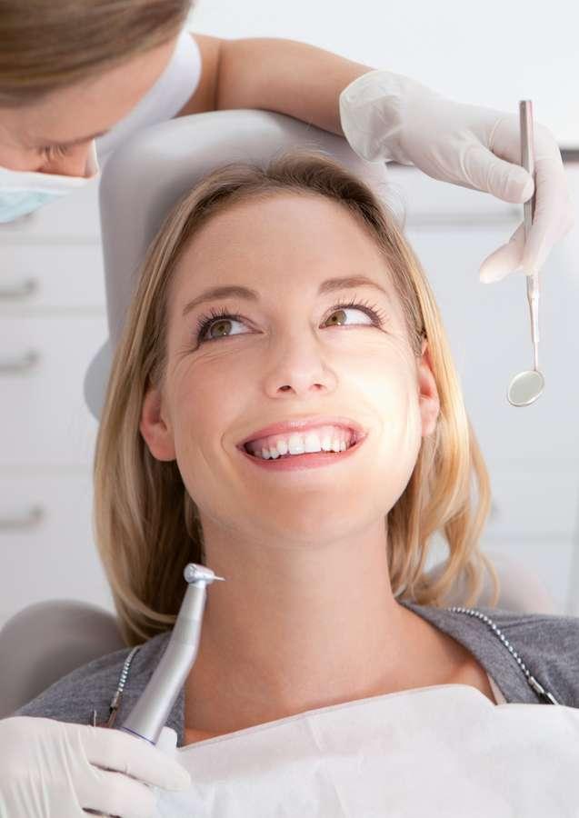 Eine gute Zahnvorsorge trägt dazu bei, Zähne bis ins hohe Alter gesund zu halten. Foto: djd/DEVK
