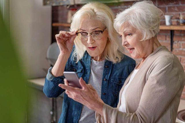 Mit besonders einfach zu bedienenden Smartphones können Seniorinnen alle Vorteile der mobilen Kommunikation nutzen.