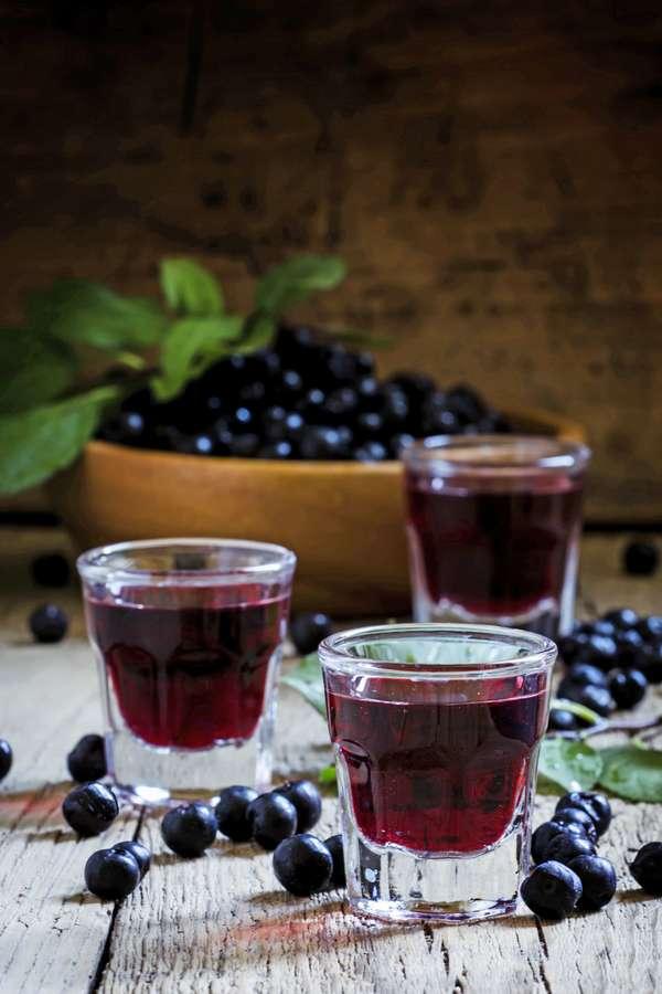 Sechs bis acht Wochen müssen die Schlehen in Gin, Rum oder Wodka ziehen, dann ist der leckere Schlehenlikör fertig zum Genießen.