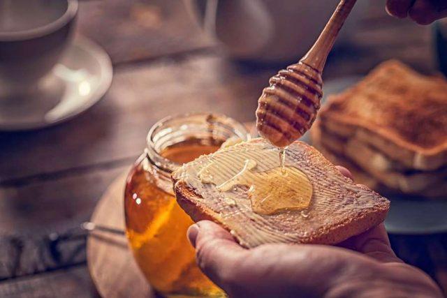 Genuss in zahlreichen Varianten: Die Deutschen lieben Honig, ob pur auf dem Brot oder als vielseitige Zutat zum Backen und Kochen.