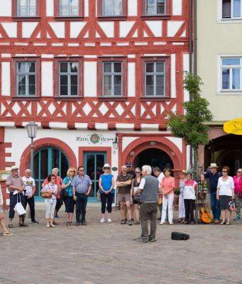 Impressionen vom Marktplatz in Karlstadt. Die Stadt am Main ist sehenswert und kann Ausgangspunkt für Tagestouren in die Städte der Umgebung sein