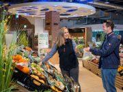 Plastik: Statt zu einer Plastiktüte sollte man in der Gemüseabteilung besser zu einem wiederverwertbaren Netz greifen.