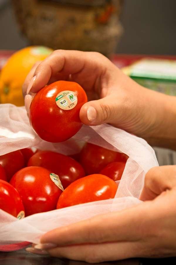 Es muss nicht immer die umfassende Plastikverpackung sein: Auch mit kleinen Aufklebern kann man Bio-Ware kennzeichnen.