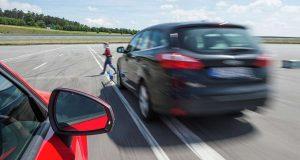 Sicherheit: Gefahr erkannt, Gefahr gebannt: Notbremssysteme, die schneller reagieren als der Mensch, können zahlreiche Unfälle im Straßenverkehr verhindern.