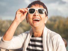 Hitzewallungen: Kleidung nach dem Zwiebelprinzip kann bei Hitzewallungen während der Wechseljahre hilfreich sein.