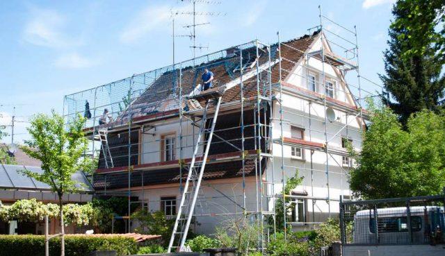 Holzfaser: Eine nachhaltige Dämmung des Eigenheims zahlt sich gleich mehrfach aus. Bei einer Modernisierung locken zudem attraktive Zuschüsse oder Steuervorteile.