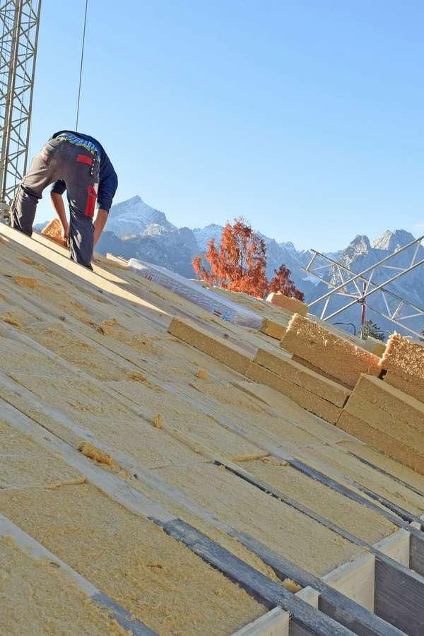 Holzfaser: Wer über eine Modernisierung nachdenkt, ist gut beraten, mit dem Dach zu beginnen.