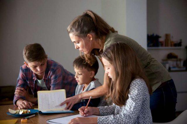 Krisenzeiten: Die Doppelbelastung zwischen Beruf, Homeschooling und sozialen Verpflichtungen macht besonders den 30- bis 39-Jährigen zu schaffen.