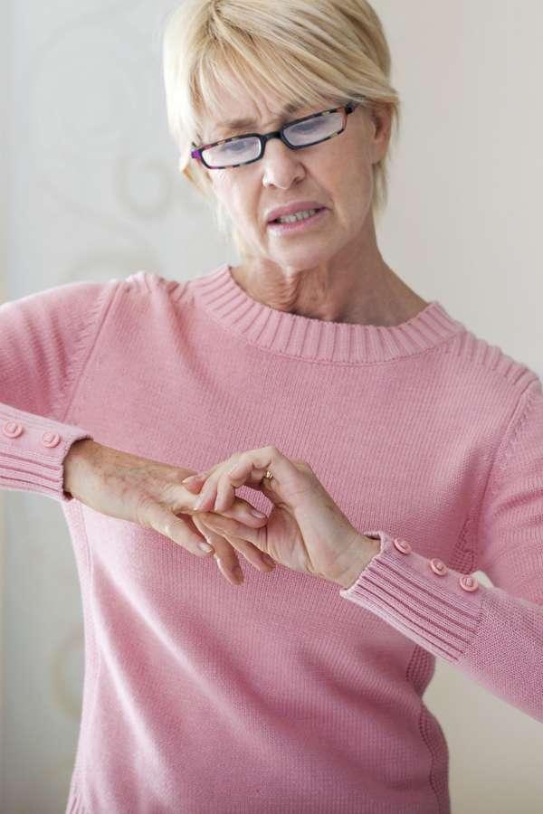 Viele glauben irrtümlich, dass Fingerknacken Arthrose verursacht.