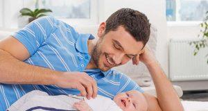 Eine Bauchmassage kann den Kleinsten zusätzliche Linderung bei Dreimonatskoliken verschaffen.
