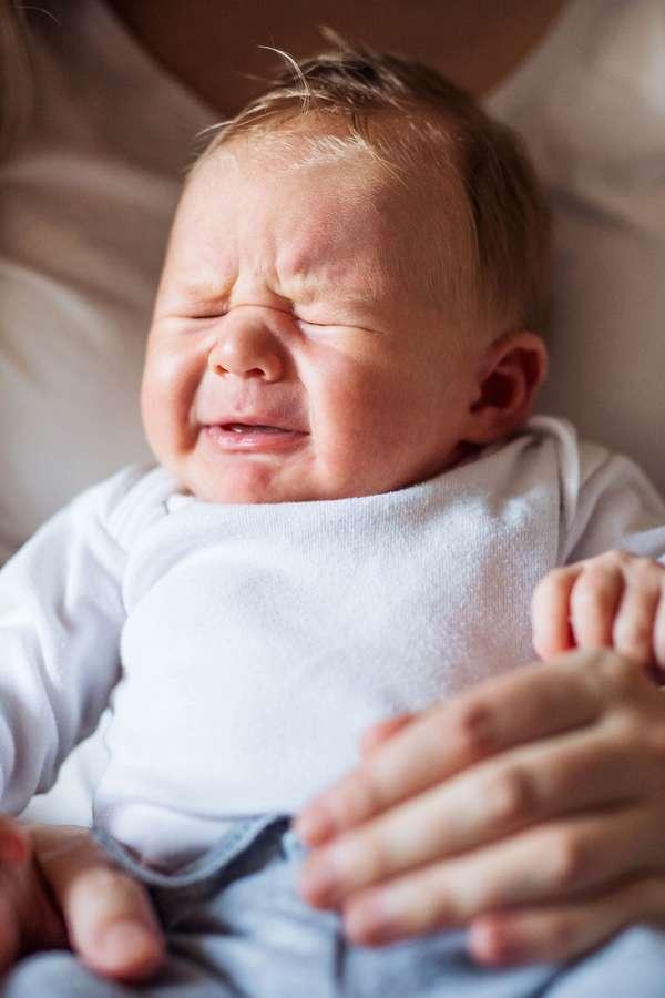 Wenn Dreimonatskoliken den kleinen Würmchen zu schaffen machen, weinen sie meist herzzerreißend