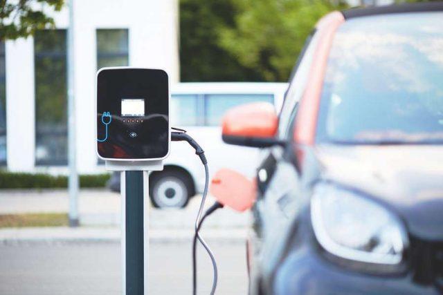 Die Zahl der Elektroautos auf Deutschlands Straßen nimmt weiter zu. Foto: djd/DEVK/Pixabay