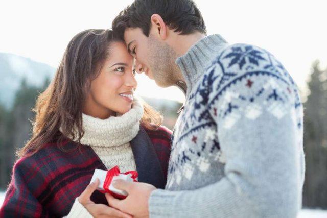 Zu Weihnachten kann man seinem Herzensmenschen mit einem Gutschein für einen Romantikurlaub entspannte Zeit zu zweit schenken. Viele Ideen dafür gibt es im Internet.