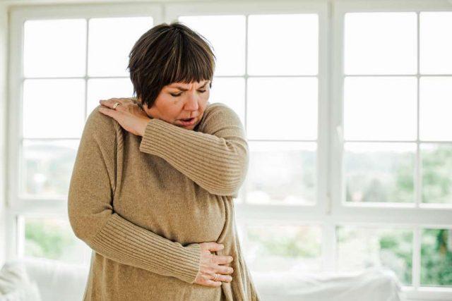 Keuchhusten: Die Mehrheit der Keuchhustenpatienten ist über 18 Jahre, ein Drittel sogar über 60. Sie haben oft mit einem besonders langwierigen Krankheitsverlauf zu kämpfen.
