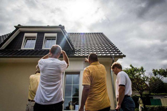 Die Maklerprovision belastet Immobilienerwerber zusätzlich. Künftig ist sie von Verkäufer und Käufer zu gleichen Teilen zu tragen. Foto: djd/Bauherren-Schutzbund