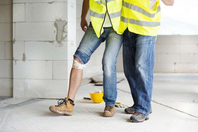 Muskelhypothek: Sorgt der Bauherr nicht für einen ausreichenden Arbeitsschutz von Freunden und Bekannten, haftet er bei einem Unfall.