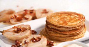 Joghurt-Pancakes mit gebackenen Birnen