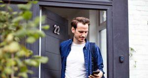 Schlüsseldienst: Alles Wichtige eingesteckt? Wer abgelenkt ist, vergisst gerne mal den Haustürschlüssel. Foto: djd/Gelbe Seiten/ReeldealHD images - stock.adobe.com